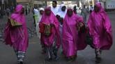 Jemaah calon haji berjalan di luar Masjidil Haram di kota suci Mekah, Arab Saudi, Kamis (16/8). Muslim dari seluruh dunia berkumpul dalam ibadah wajib yang merupakan satu dari lima rukun Islam. (AFP PHOTO/Ahmad Al-Rubaye).