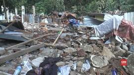 VIDEO: Korban Gempa Lombok Mengais Puing Bangun Tenda