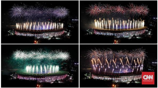Kombinasi kembang api di SUGBK semakin menyemarakan pembukaan pesta olahraga terbesar di Asia, Asian Games 2018 edisi ke-18. Asian Games diikuti 17 ribu atlet dari 45 negara se-Asia. (CNNIndonesia/Safir Makki)