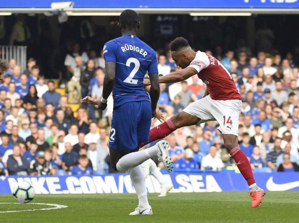 Arsenal menjaga tekanan ke Chelsea di awal babak kedua. Sejumlah peluang didapatkan, salah satunya kembali lewat Aubameyang. Namun sepakannya belum menemui sasaran. (Foto: Toby Melville/REUTERS)