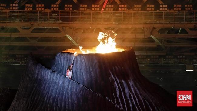 Atlet legendaris Indonesia Susi Susanty menyalakan api abdai sebagai simbolis pembukaan Asian Games 2018 resmi digelar mulai 8 Agustus 2018. (CNNIndonesia/Adhi Wicaksono)