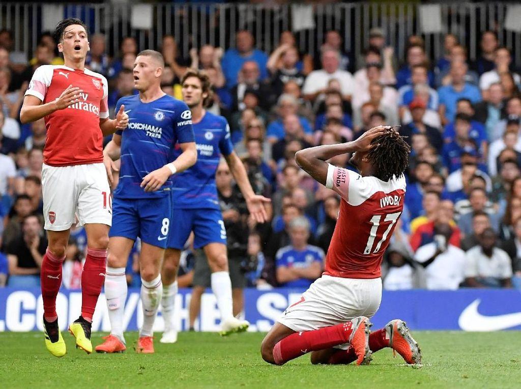 Iwobi juga punya kans mencetak gol kedua sekaligus membalikkan situasi untuk Arsenal. Namun sepakannya menyambut umpan tarik melambung. (Foto: Toby Melville/REUTERS)