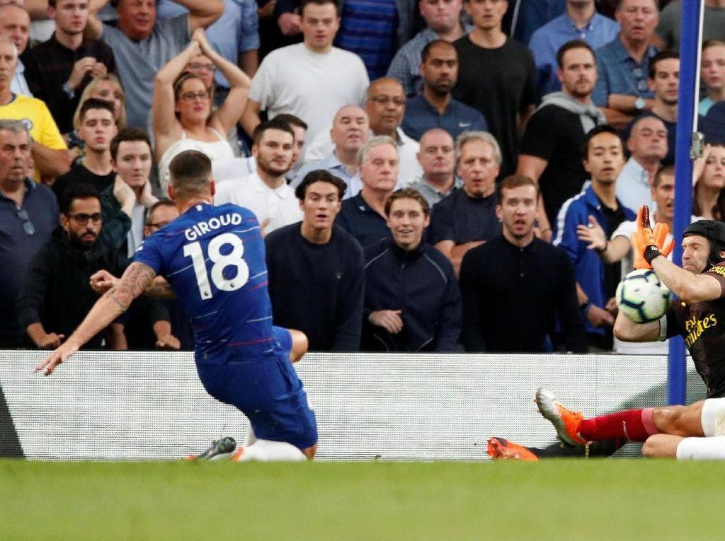 Chelsea merespons dengan meningkatkan intensitas serangan. Tembakan Olivier Giroud masih diblok Petr Cech. (Foto: John Sibley/Action Images via Reuters)