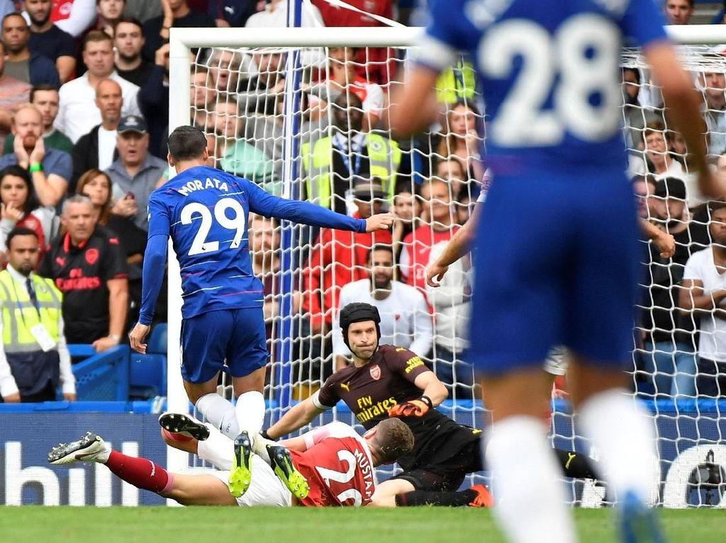 Semenit setelah Arsenal membuang peluang, Chelsea menggandakan keunggulan. Serangan cepat dimaksimalkan Morata untuk mengacak-acak pertahanan Arsenal dan mencetak gol. (Foto: Toby Melville/REUTERS)