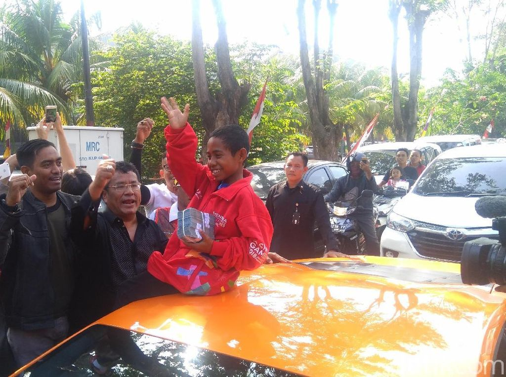 Hotman Paris memenuhi janjinya memberi hadiah untuk Joni. Uang tunai sebesar Rp 50 juta diberikan langsung pada Joni. Merdeka, merdeka!, kata Joni dari Lamborghini. (Ahmad Bil Wahid/detikcom)