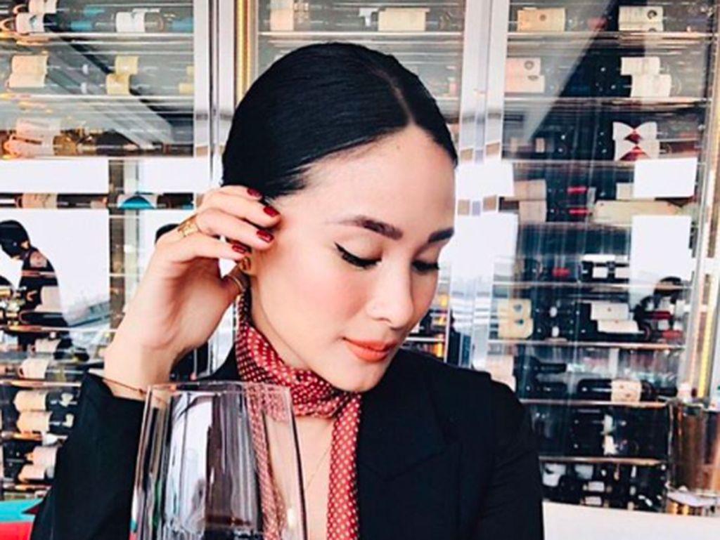 """""""Time to unWINE,"""" tulis Heart di keterangan foto. Bintang serial TV My Korean Jagiya ini terlihat sangat anggun. Foto: Instagram iamhearte"""