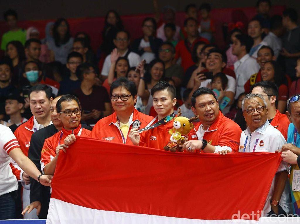 Xavier berfoto bersama pelatih dan ofisial usai menerima pengalungan medali perak di cabang olahraga Wushu.