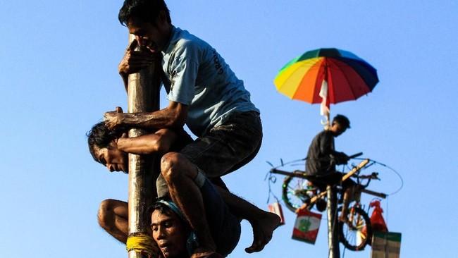 Permainan tradisional Indonesia diketahui memiliki makna membangun rasa gotong royong, salah satunya pada panjat pinang. (ANTARA FOTO/Rahmad)