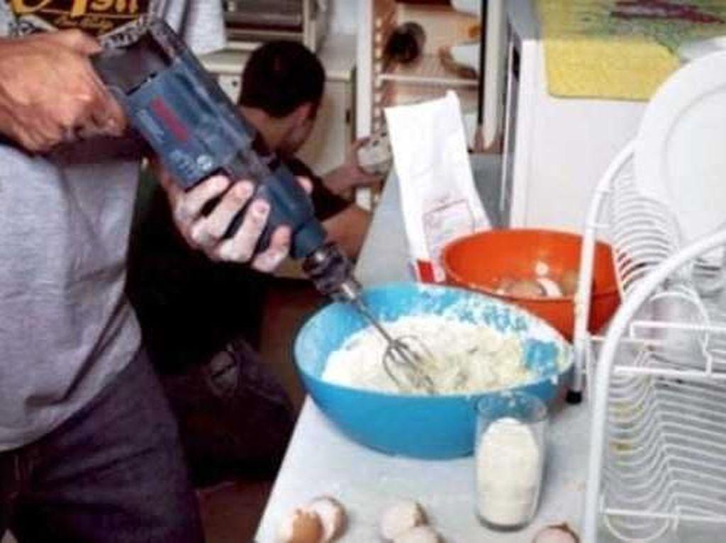 Disuruh istri untuk mecampur adonan kue, pria yang satu ini pilih mesin bor untuk mengaduk tepung terigu dan telur. Terlalu kreatif! Foto: Istimewa