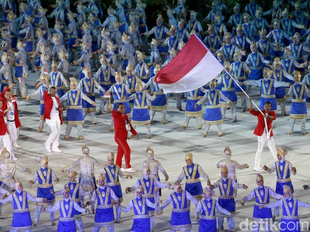Defile kontingen Indonesia yang turut tampil dalam pembukaan Asian Games 2018 semakin memeriahkan acara.