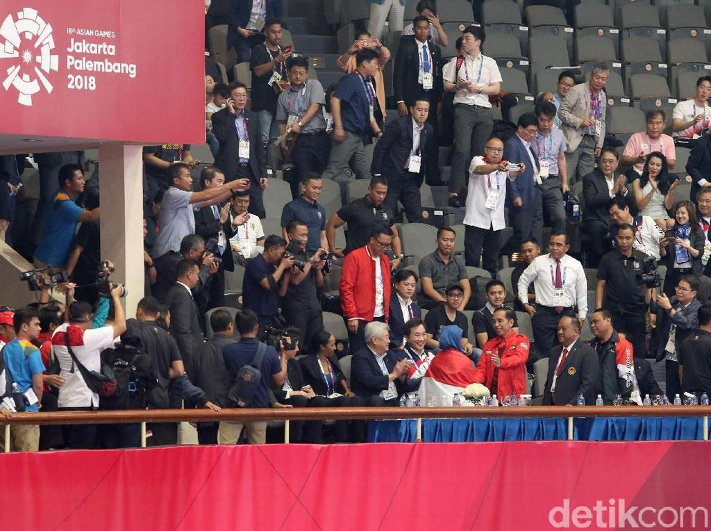 Setelah menjadi juara, Defia sempat datang menghampiri Presiden RI Jokowi yang menyaksikan sejak awal laga final itu. Atlet asal Bogor tersebut bangga bukan main.