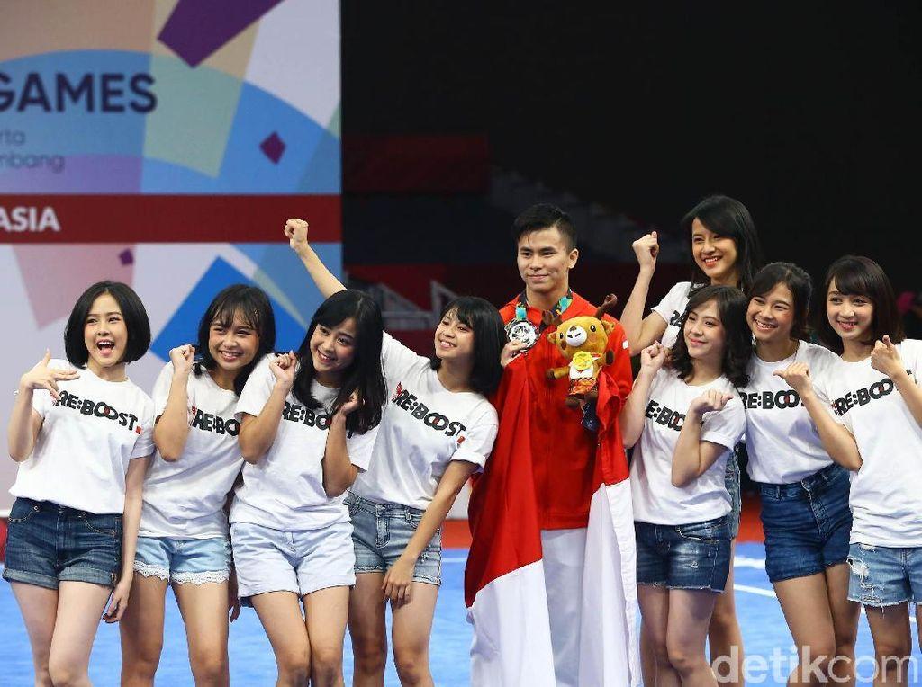 Merayakan kemenangan dan medali pertama Indonesia JKT 48 pun tak ingin ketinggalan berfoto bersama Xavier.