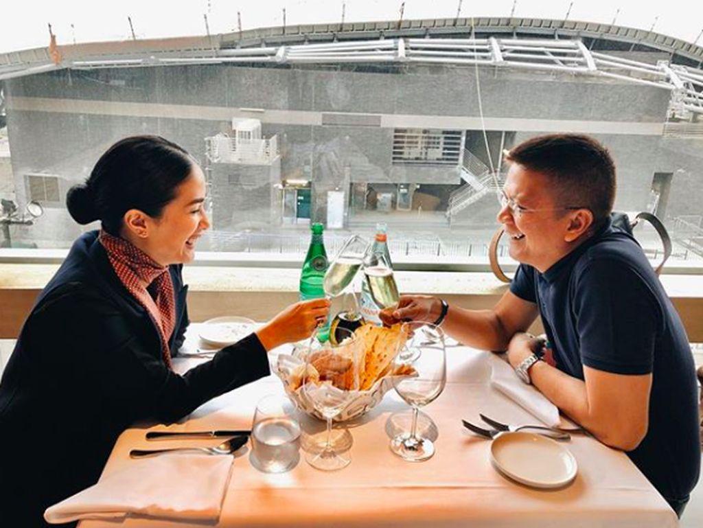 Heart adalah istri politikus Francis Escudero. Kala liburan di Hong Kong, mereka makan romantis bersama. Foto: Instagram iamhearte