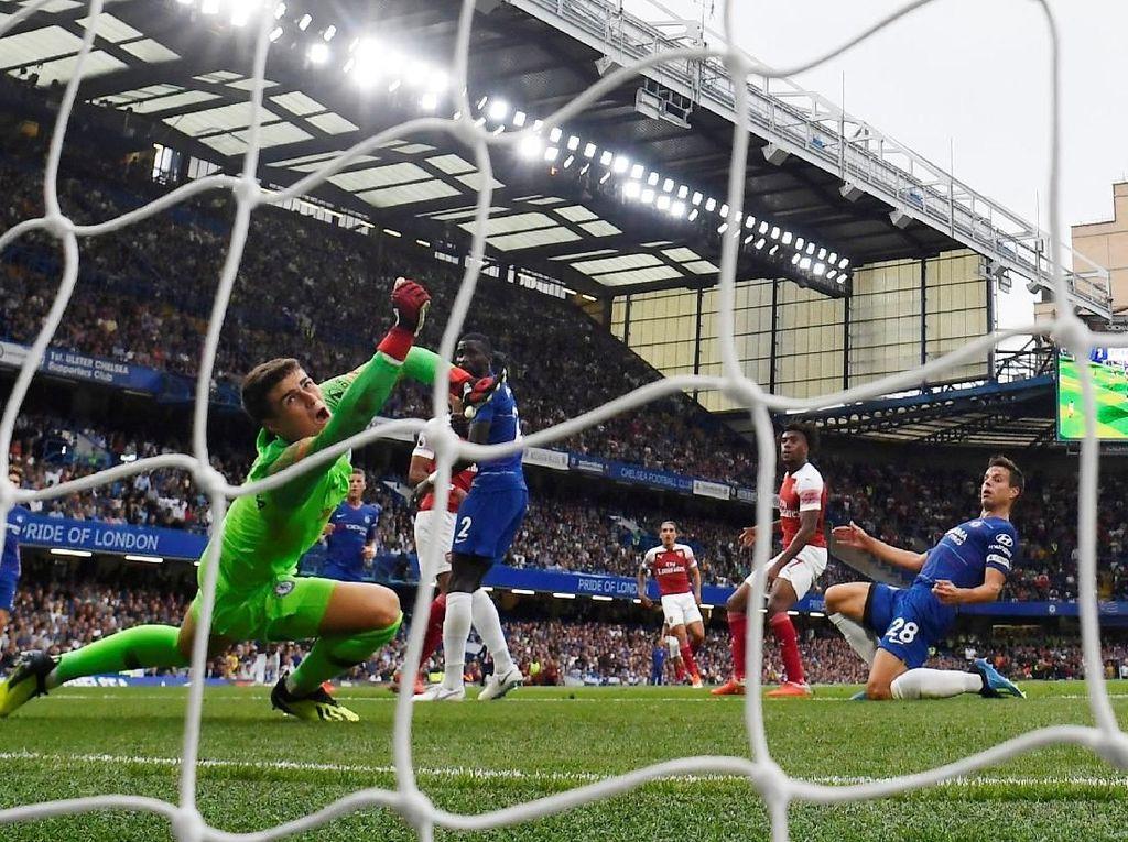 Hanya berjarak empat menit, Arsenal menyamakan kedudukan melalui sontekan Alex Iwobi. Babak pertama berakhir dengan skor sama kuat 2-2. (Foto: Toby Melville/REUTERS)
