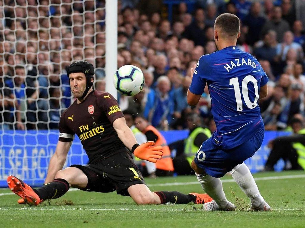 Demikian halnya dengan percobaan Eden Hazard, terhalang oleh Cech. (Foto: Toby Melville/REUTERS)