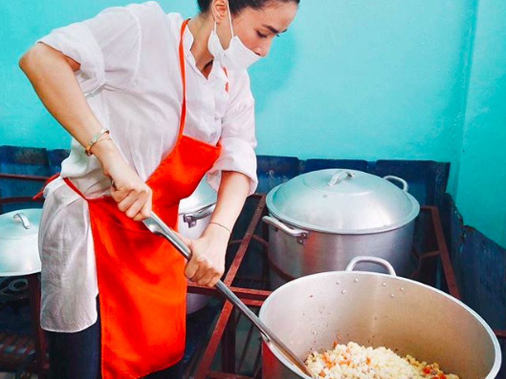 Ikut dalam kegiatan sosial, Heart coba memasak di dapur umum. Wah, nggak hanya pamer kehidupan mewah, ia juga berjiwa sosial. Foto: Instagram iamhearte
