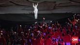 """Penampilanpenyanyi Via Vallen membawakan lagu """"Meraih Bintang"""" saat acara pembukaan Asian Games 2018 disambut meraih oleh penonton yang hadirdi SUGBK, Sabtu(18/8). (CNNIndonesia/Adhi Wicaksono)"""