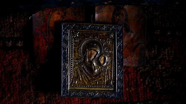 Sebuah ikon tergantung di dinding di dalam gubuk Tamara dan Yuri Baikov,terletak di hutan dekat desa Yukhovichi, Belarusia. (REUTERS/Vasily Fedosenko)