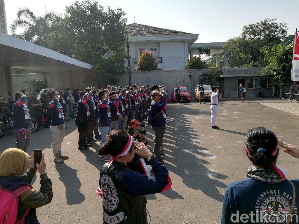 Acara ini dimulai pada pukul delapan pagi dengan upacara bendera di lapangan parkir dealer Royal Enfield, Pejaten Barat, Jakarta Selatan.