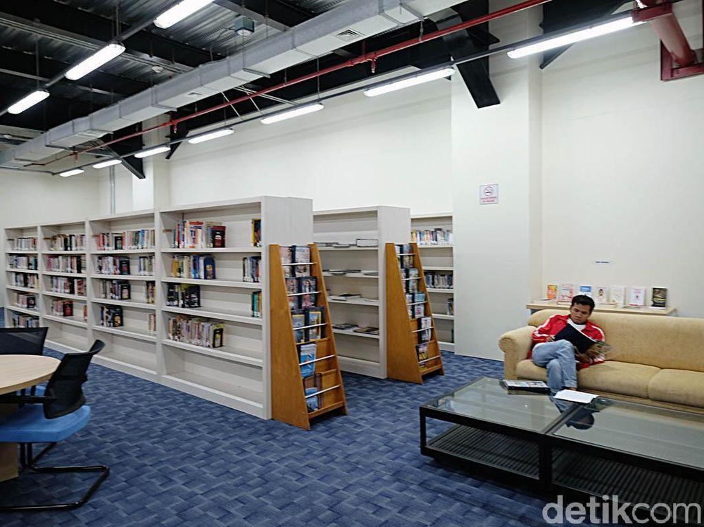 Sementara bagi mereka yang butuh ketenangan bisa datang ke perpustakaan. Di sini juga disediakan layanan meminjam film.