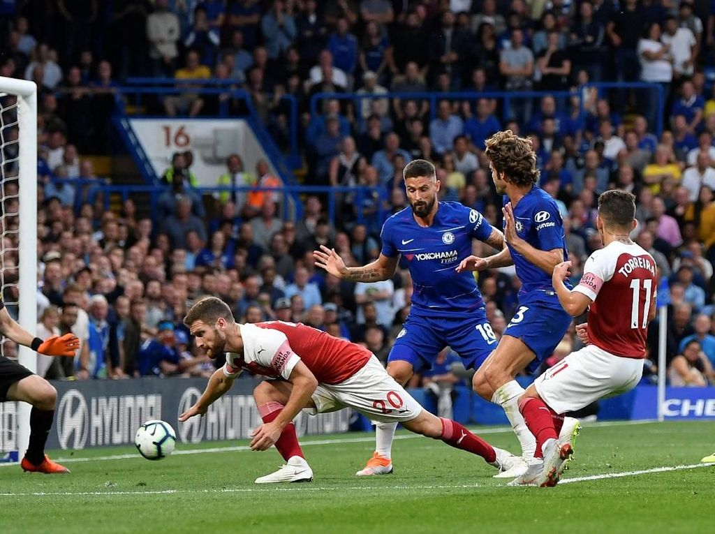 Baru di menit ke-81 Chelsea memastikan kemenangan. Sepakan Marcos Alonso meneruskan umpan Hazard meluncur melewati dua kaki Cech dan berakhir di dalam gawang. Chelsea pun menang 2-1 atas rival sekotanya, Arsenal. (Foto: Toby Melville/REUTERS)