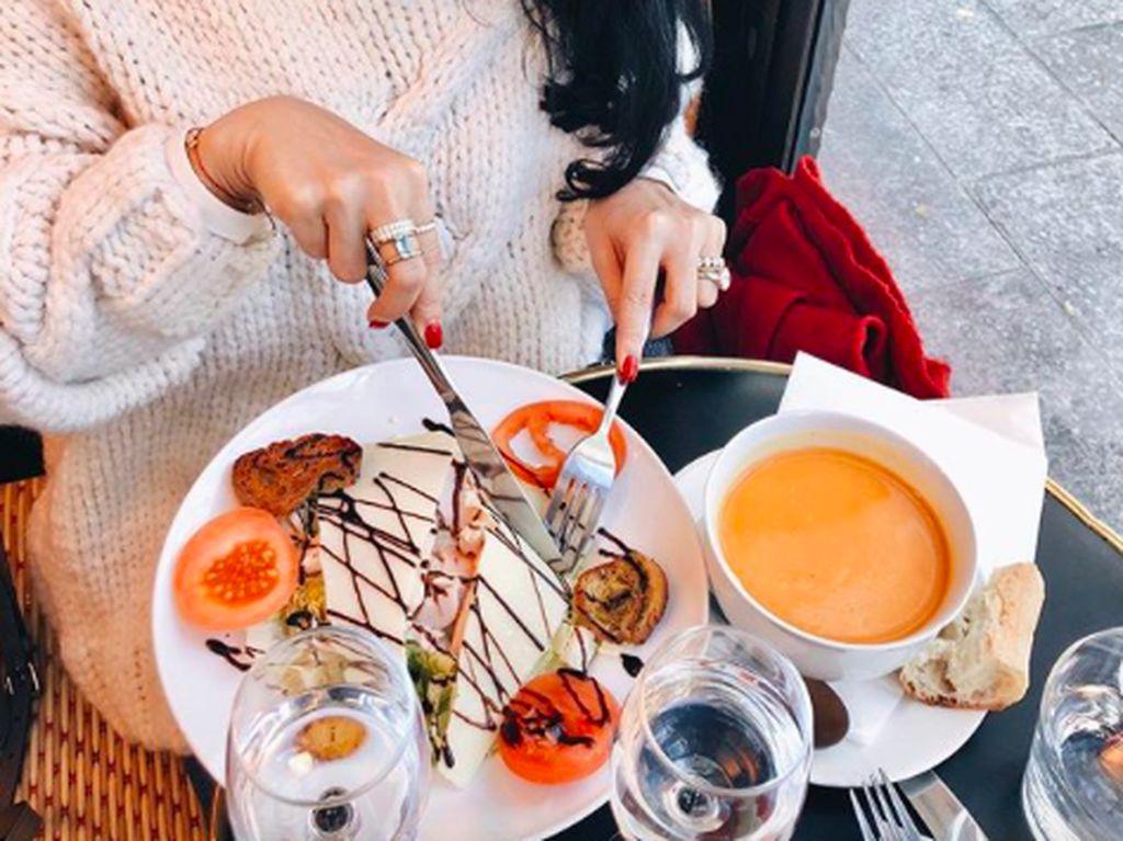 Di Instagram, Heart punya followers lebih dari 2,4 juta. Ini posenya saat habiskan liburan sambil makan enak. Foto: Instagram iamhearte