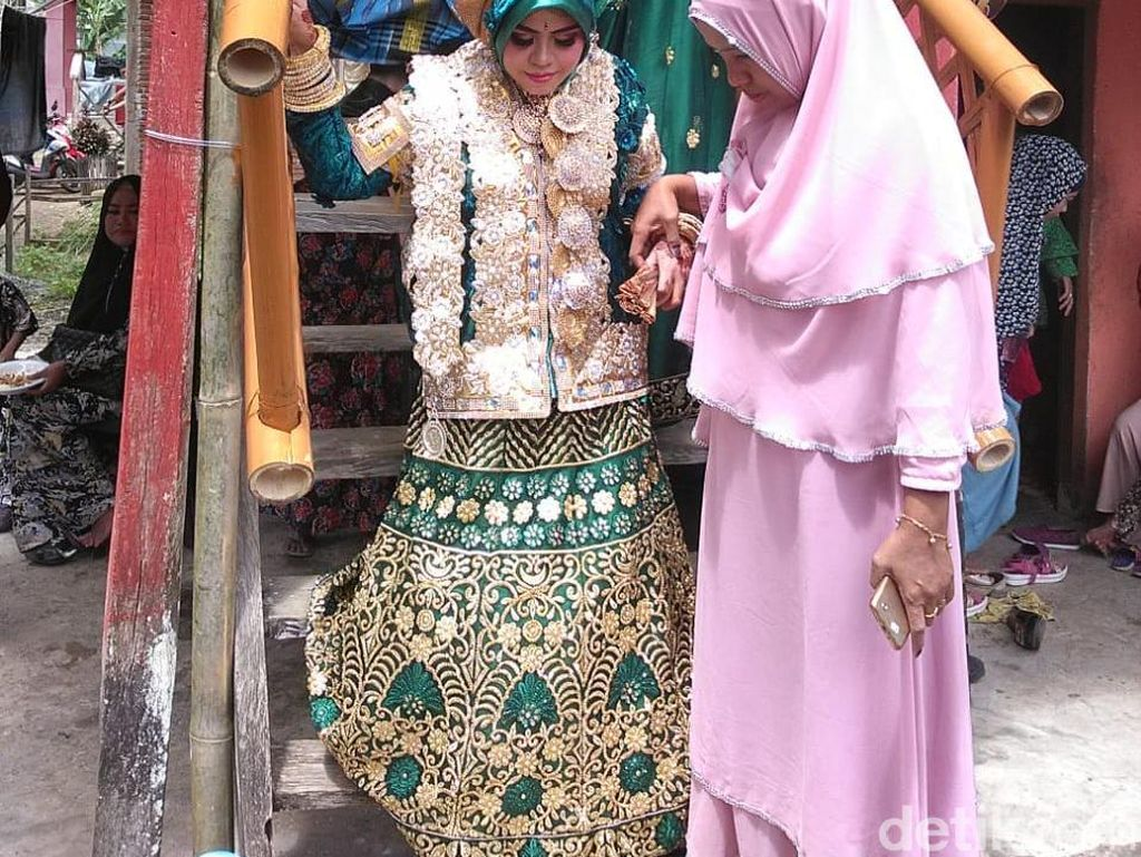 Acara resepsi digelar di rumah mempelai wanita, di Dusun Teko, Desa Tanete Harapan, Kecamatan Cina. (Zul-detik)
