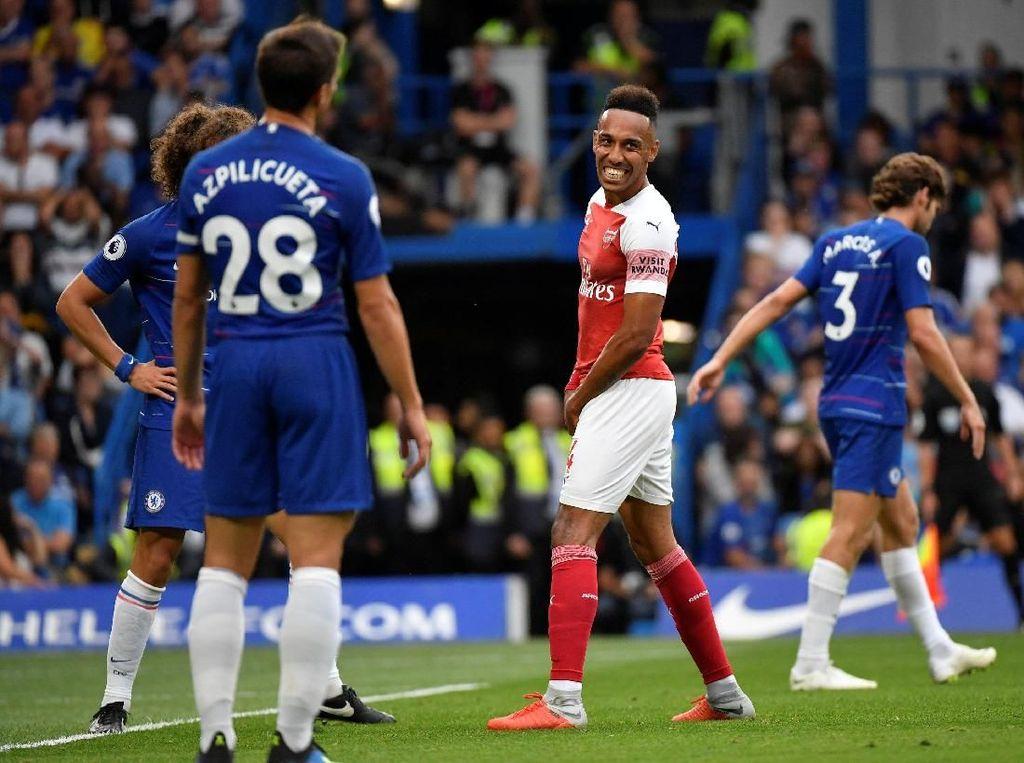 Arsenal sempat mendapatkan peluang bagus untuk langsung menyamakan kedudukan di menit ke-19 lewat Pierre-Emerick Aubameyang. Tapi sepakan Aubameyang menyambut umpan tarik melambung, padahal posisinya bebas di dalam kotak penalti. (Foto: Toby Melville/REUTERS)