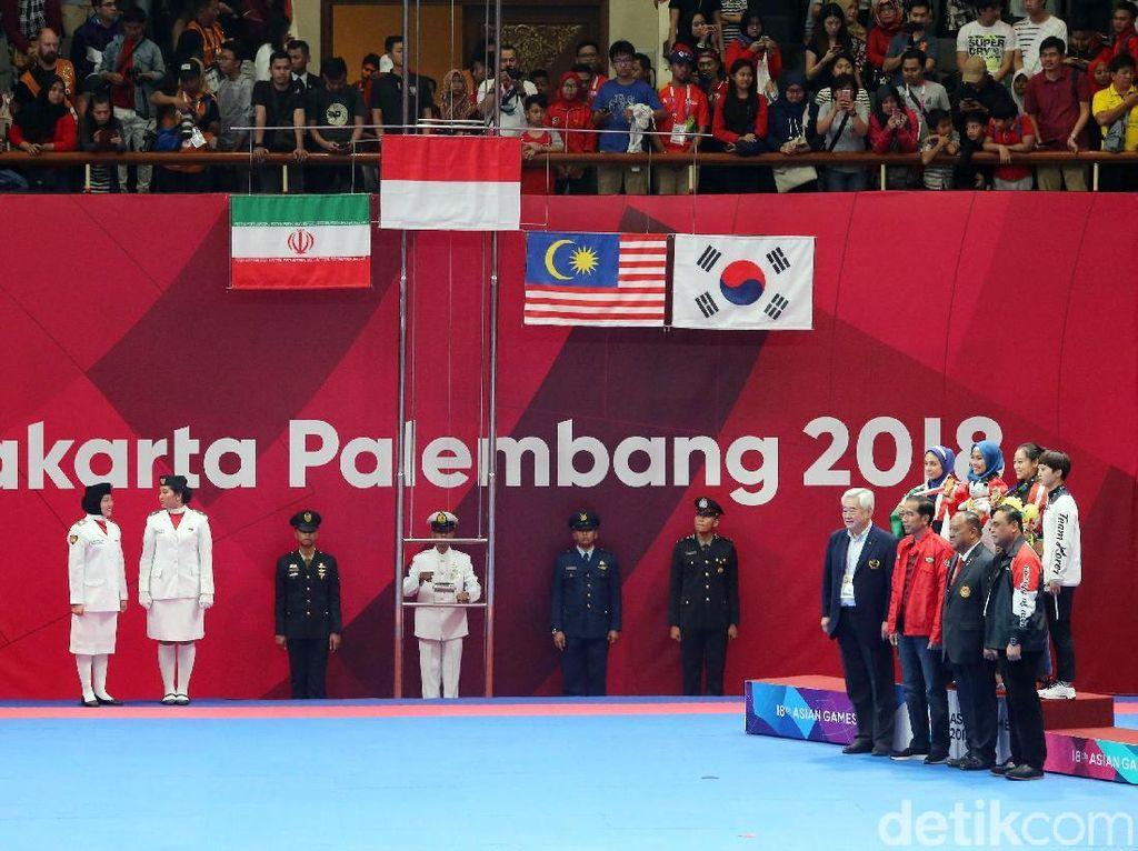 Pengalungan medali emas Defia dilakukan langsung oleh Presiden Indonesia Joko Widodo. Defia berhasil mengibarkan bendera merah putih diurutan tertinggi dalam cabang olahraga taekwondo.