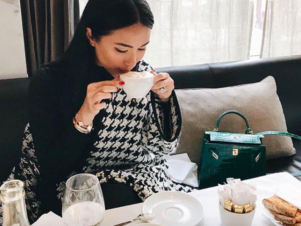 Di Paris, menyesap kopi pun jadi pilihan Heart. Tentunya 'ditemani' salah satu koleksi tas Hermes miliknya. Foto: Instagram iamhearte