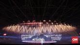 Wajah Stadion Utama Gelora Bung Karno dari kejauhan tampak menawan dilengkapi dengan lampu instalasi bewarna ditambah pesta kembang api. (CNNIndonesia/Adhi Wicaksono)