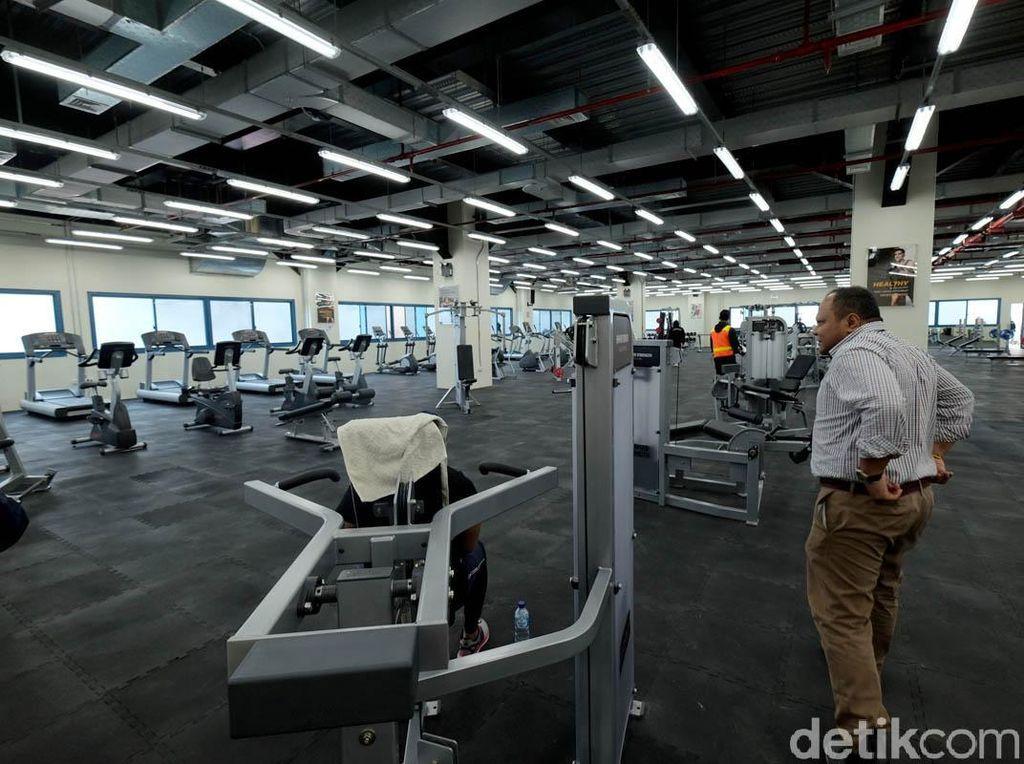 Tempat fitnes dengan peralatan lengkap plus kelas olahraga dan karate yang bisa diikuti pekerja.