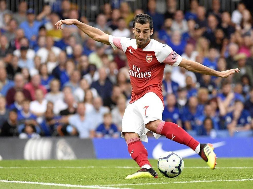 Setelah sempat membuang peluang bagus, Henrikh Mkhitaryan memperkecil ketertinggalan Arsenal di menit ke-37 lewat sepakan keras kaki kiri. (Foto: Toby Melville/REUTERS)