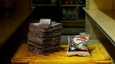 Harga beras 1 kg di Venezuela hanya 2,5 juta boliver atau setara Rp5.500. Pemerintah Venezuela menilai redenominasi akan membawa stabilitas ekonomi ke negaratersebut. (REUTERS/Carlos Garcia Rawlins).