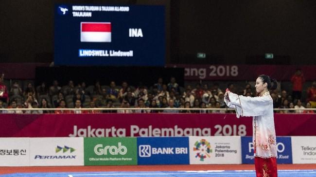 Lindswell Kwok menjadi salah satu penyumbang emas bagi Indonesia pada Asian Games 2018 berkat aksi menawan dalam nomor Taijijian dan Taijiquan. (ANTARA FOTO/INASGOC/Ismar)Patrizki/nak/18.