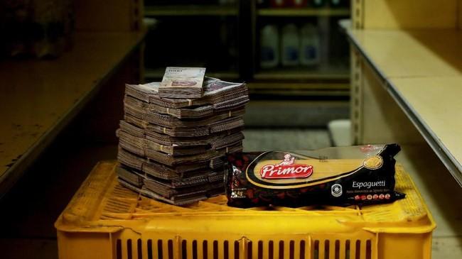 Pasta 1 jg 2,5 juta boliver setara Rp5.500.Para pengkritik ekonomi menilai langkah pemerintah Venezuela tak lebih dari manuver akuntansi yang kurang efektif menahan kenaikan harga. (REUTERS/Carlos Garcia Rawlins).