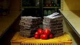 Tomat seberat 1 kg dijual seharga 5 juta boliver atau setara Rp11 ribu dipasar kecil di Caracas. Pemerintah Venezuela berencana menghapus lima nol dari mata uangnya (redenominasi) untuk menahan hiperinflasi. (REUTERS/Carlos Garcia Rawlins).