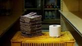 Tisu toilet seharga 2,6 juta boliver atau setara Rp5.800. Mata uang Venezuela semakin tak berharga, namun tumpukan uang tunaipun sulit diperoleh. (REUTERS/Carlos Garcia Rawlins).