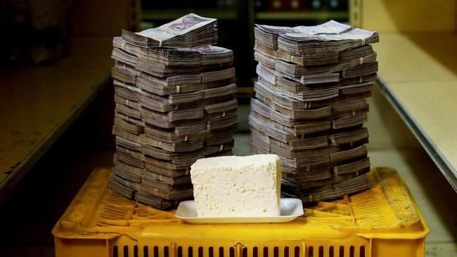 Keju 1 kg seharga 7,5 juta boliver atau setara Rp17 ribu. Perubahan kebijakan dilakukan untuk mengatasi kekacauan ekonomi ketika pemerintah menghapus utang terbesar tanpa menyediakan penggantinya pada Desember 2016. (REUTERS/Carlos Garcia Rawlins).