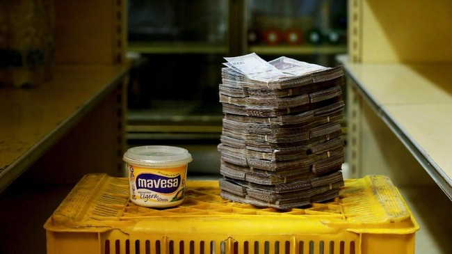 Mentega 500 gr dihargai 3 juta boliver atau setara Rp6.700.Inflasi Venezuela tercatat mencapai 82.700 persen pada Juli 2018. (REUTERS/Carlos Garcia Rawlins).