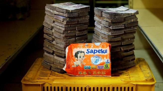 Harga popok bayi 8 juta boliver atau setara Rp18 ribu.Pemerintah dianggap menyalahkan inflasi sebagai biang keladi krisis ekonomi, padahal itu disebabkan kebijakan sosialis yang gagal dan pencetakan uang sembarangan. (REUTERS/Carlos Garcia Rawlins).