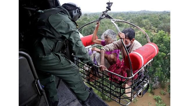 Angkatan Laut India dikerahkan untuk menyelamatkan warga yang terjebak banjir, sebagian lewat udara.