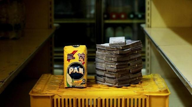 Tepung jagung 1 kg seharga 2,5 juta boliver atau setara Rp5.500.Presiden Venezuela Nicolas Maduro Moros mengatakan Venezuela merupakan korban perang ekonomi yang dipimpin oleh musuh politiknya. (REUTERS/Carlos Garcia Rawlins).