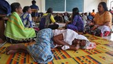 Para korban banjir menempati sebuah ruangan kelas sebuah universitas yang diubah menjadi kamp pengungsi sementara di Kochi, Kerala.