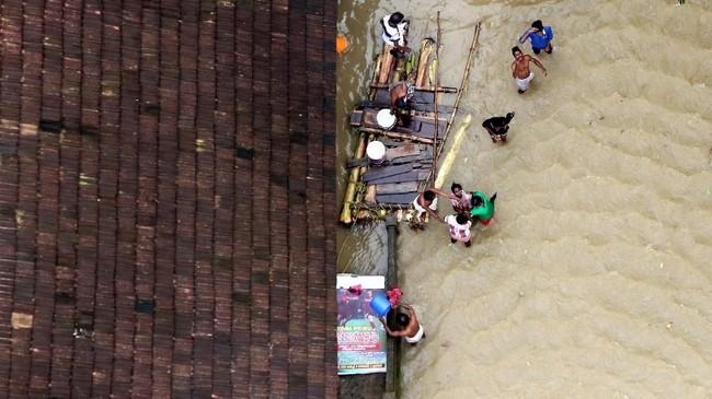 Jalanan dan 134 jembatan rusak akibat banjir di Kerala, India.