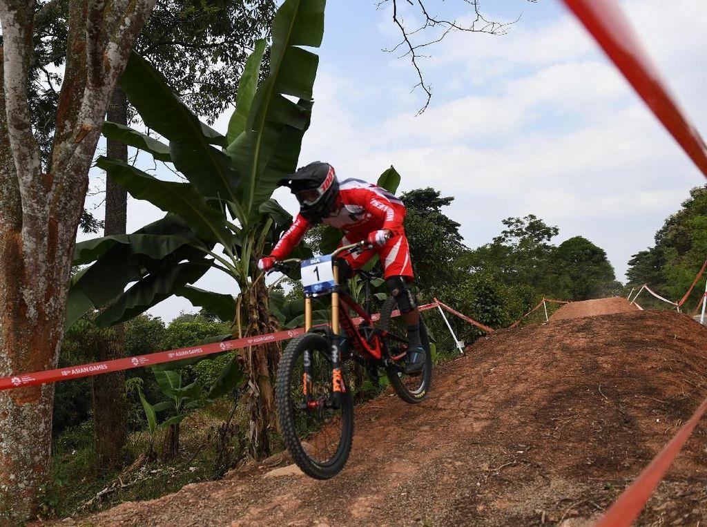 Hasil ini membuat Indonesia sudah mengoleksi empat medali emas Asian Games 2018. Tepat sebelumnya, emas ketiga dipersembahkan cabang Sepeda Gunung (MTB) pada nomor Downhill Putri atas nama Tiara Andini Prastika. Indonesia sudah menambah tiga medali emas pada hari ini. ANTARA FOTO/INASGOC/Aji Wisnu Novianto.