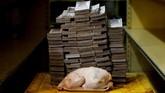 Ayam 2,4 kg dijual seharga 14,6 juta bolivar atau setara Rp33 ribu di pasar mini di Caracas, Venezuela, 16 Agustus 2018. Itu adalah harga yang berlaku di pasar informal lingkungan berpenghasilan rendah. (REUTERS/Carlos Garcia Rawlins).