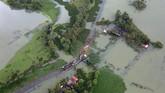 Foto dari udara memperlihatkan sebagian besar wilayah Kerala tenggelam oleh banjir, Minggu (19/8).