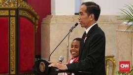 Jokowi Berikan Hadiah untuk Joni Pemanjat Tiang