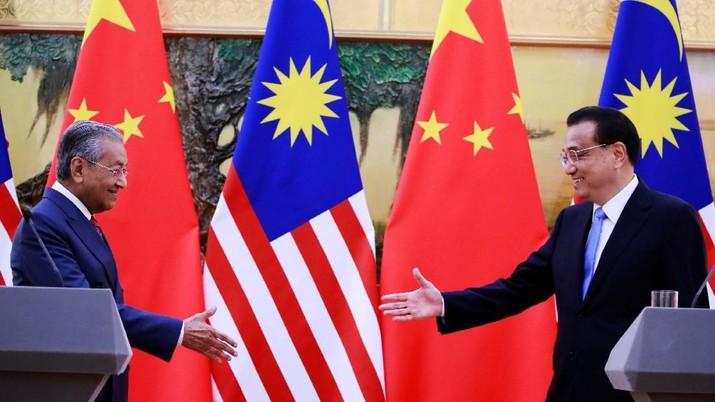 Malaysia dan China setuju untuk melanjutkan pembangunan proyek kereta api senilai miliaran dolar setelah memangkas biaya pembangunan hampir sepertiganya.